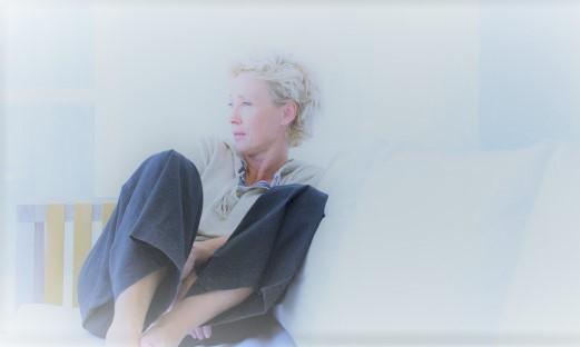 n-OLDER-WOMAN-SITTING-ALONE-628x314